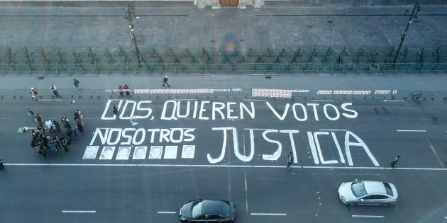 """Periodistas, comunicadores y ciudadanos se manifestaron con la pinta """"Ustedes quieren votos, nosotros justicia"""" frente al edificio de Palacio Nacional de Ciudad de México en protesta por el reciente asesinato de Héctor González, el 1 de junio de 2018."""