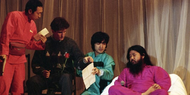 ロシア人信者らに話をする麻原彰晃・オウム真理教代表(当時、右)=1993年12月、モスクワ