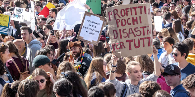 ROME, ITALY - 2019/03/15: Students in the streets in Rome and around 200 other Italian cities for the Global Strike for Future, the general strike for the planet launched by the young Swedish Greta Thunberg, to ask for appropriate policies to contain global warming at the end of the century. The global strike received 98 countries and more than a thousand cities in the world where today students took to the streets. (Photo by Patrizia Cortellessa/Pacific Press/LightRocket via Getty Images)