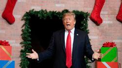 Trump salió de una chimenea como si fuera Santa Claus. Internet, haz lo