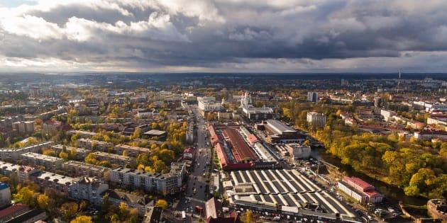 Vista aérea del mercado central en Kaliningrado, durante el otoño.
