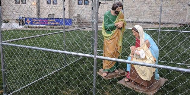 """Fotografía del 2 de julio de 2018, cedida por la Episcopalian Christ Church Cathedral de Indianápolis. Una iglesia colocó en una jaula una estatua del niño Jesús, la Virgen María y San José en protesta contra las políticas de """"tolerancia cero"""" con los inmigrantes indocumentados en EU."""