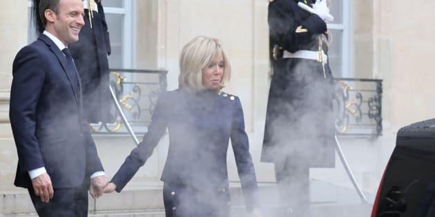 """Emmanuel Macron (ici avec son épouse, enfumés sur le parvis de l'Élysée par le gaz d'échappement dégagé par la voiture présidentielle américaine) et son gouvernement promettent une """"super prime"""" à la conversion de 4000 euros"""