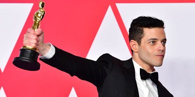 Rami Malek cade dal palco dopo aver vinto l'Oscar