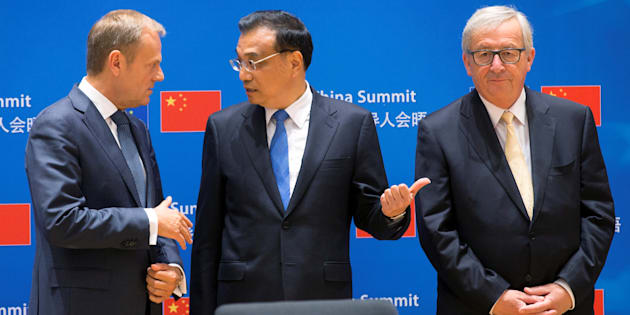 (L-R) European Council President Donald Tusk, Chinese Premier Li Keqiang and EU Commission President Jean-Claude Juncker attend a signing ceremony during a EU-China Summit in Brussels, Belgium June 2, 2017.  REUTERS/Olivier Hoslet/Pool