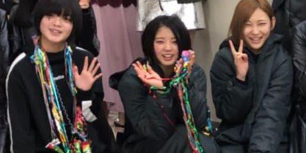 左から平手友梨奈さん、鈴本美愉さん、志田愛佳さん。「欅坂46」の公式Twitterより