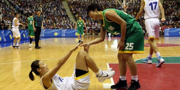 混合チームでバスケの交流戦に臨む北朝鮮と韓国の選手
