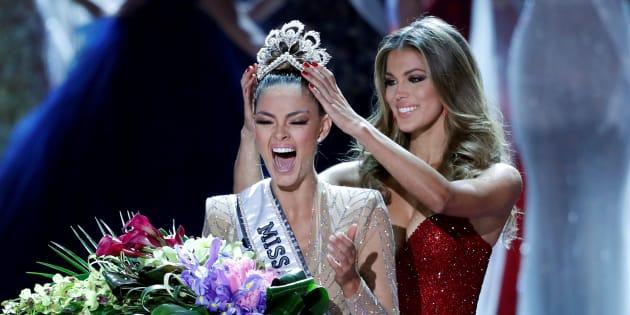 Miss Sudáfrica, Demi-Leigh Nel-Peters, es coronada Miss Universo 2017 por su antecesora, la francesa Iris Mittenaere, en la 66ª edición de Miss Universo celebrada en el hotel-casino Planet Hollywood de Las Vegas, Nevada, el 26 de noviembre de 2017.