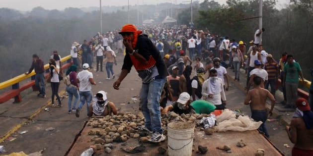 Des opposants à Nicolas Maduro affrontent les forces de l'ordre vénézuéliennes sur le pont Francisco de Paula Santander, à la frontière avec la Colombie, ce 23 février.