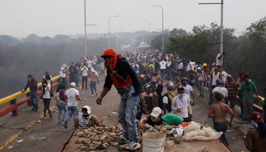 L'aide humanitaire bloquée aux frontières vénézuéliennes, 2 morts et des dizaines de