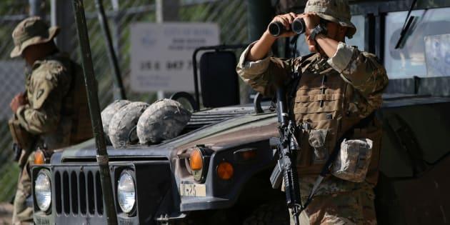 Los miembros de la Guardia Nacional de Texas observan la frontera entre México y Estados Unidos a lo largo del Río Grande en Roma, Texas, EU, el 11 de abril de 2018.