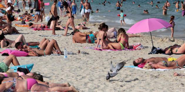 Turistas en la playa de Magaluf, en Mallorca.