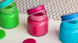 Ce tuto pour faire de la peinture pour enfants à partir d'ingrédients du quotidien