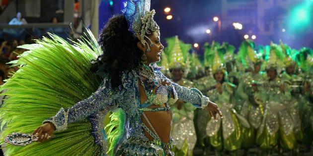 As escolas de samba devem buscar aautonomia financeira de seu empreendimento.