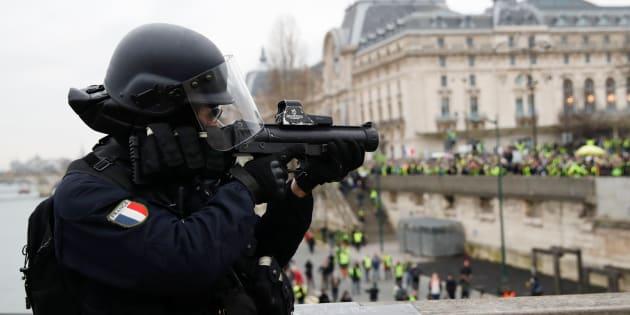 """Le Défenseur des droits Jacques Toubon a réitéré son appel contre """"la dangerosité"""" des lanceurs de balle de défense après de nombreux blessés dans les rangs des gilets jaunes."""