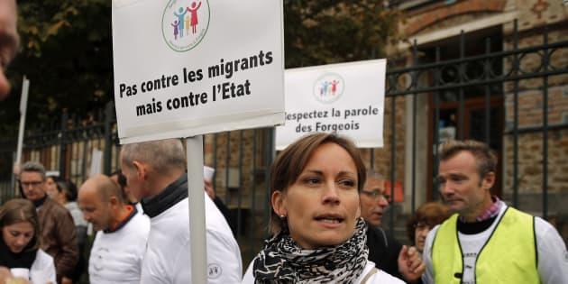 Des habitants de Forges-les-Bains manifestent le samedi 8 octobre 2016. Les villageois protestent contre l'arrivée de migrants dispersés à travers le pays alors que le gouvernement évacue la jungle de Calais.