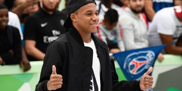 Kilian Mbappé, tout sourire, lors de l'inauguration d'un city stade à Bondy.