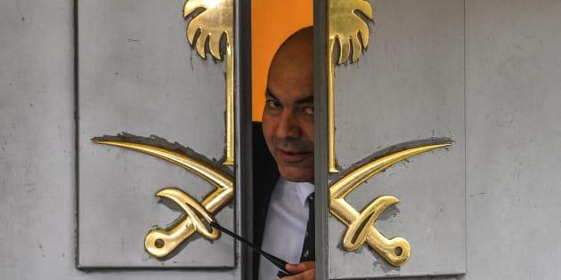 Un vigilante de seguridad se asoma a la puerta del consulado de Arabia Saudí en Estambul, donde se le perdió la pista al periodista.