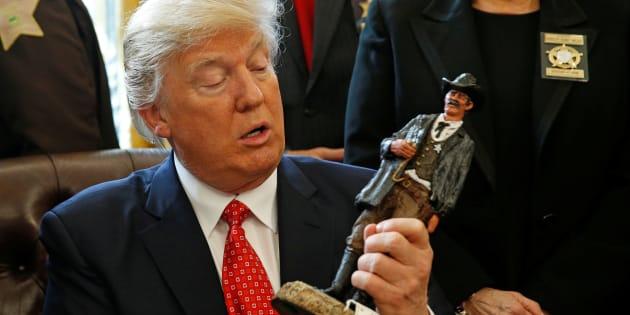Donald Trump a reçu une figurine de shérif lors d'une rencontre avec les shérif comté à la Maison Blanche ce 7 février. REUTERS/Kevin Lamarque