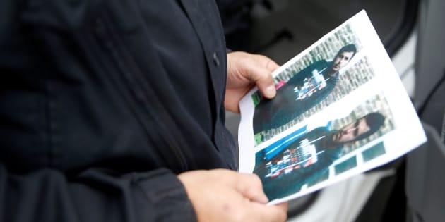 Un policier tenant des photos du suspect syrien à l'aéroport de Berlin-Schoenefeld le 9 octobre 2016