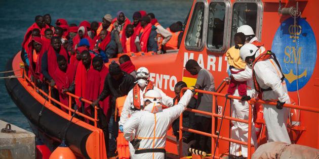 Los inmigrantes, rescatados de un bote en el mar Mediterráneo, a bordo de una embarcación de rescate después de su llegada al puerto de Málaga, España. Los miembros de la Seguridad Marítima Española rescataron a un total de 69 inmigrantes de dos botes cerca de la costa de Málaga y los llevaron al puerto, donde fueron asistidos por la Cruz Roja Española. Un total de 236 migrantes fueron rescatados durante este sábado desde el mar de Alborán a bordo de varios botes.