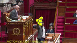 Un député de la France insoumise brandit un gilet jaune à