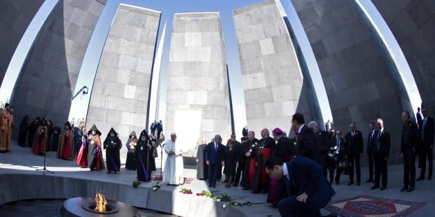 Le Pape François et le Président arménien assistent à une cérémonie de commémoration au mémorial du Génocide arménien à Yerevan, le 25 juin 2016.