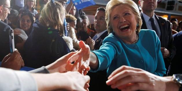 Hillary Clinton salue le public lors d'un meeting à Cleveland, Ohio, Etats-Unis, le 6 novembre 2016.
