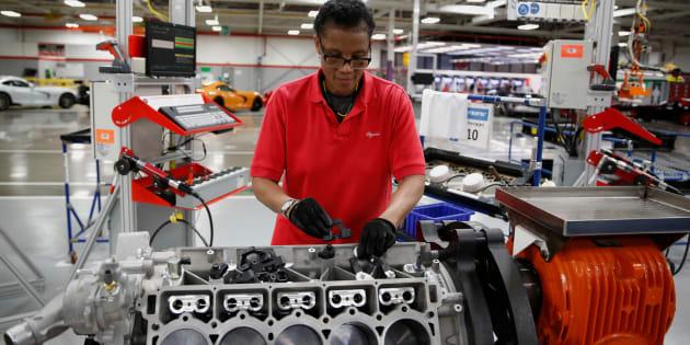 Un trabajador durante el ensamble de ingeniera en un automóvil Fiat Chrysler en Detroit, Michigan, en mayo de 2015.