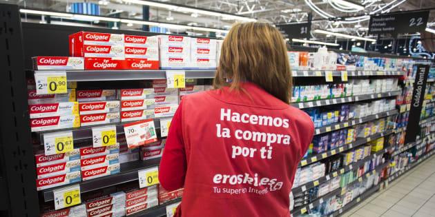 Un empleada de Eroski en un supemercado del grupo en Albacete en 2014.