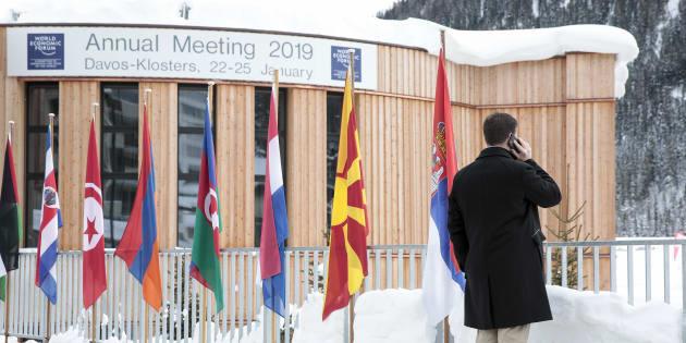 Devant le centre des congrès de Davos en Suisse le 20 janvier.