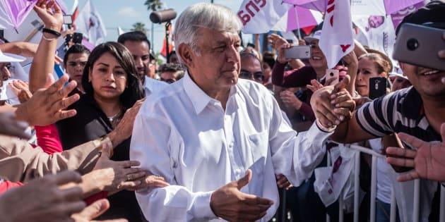 Andrés Manuel López Obrador, candidato presidencial de Juntos Haremos Historia, recibe a sus partidarios durante la manifestación de la campaña de clausura en San Luis Potosí, México, el domingo 24 de junio de 2018.