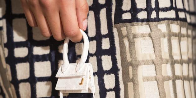 El mini bolso forma parte de la colección otoño/invierno 2019 de la firma francesa Jacquemus.