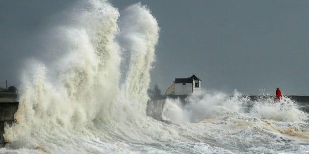 D'énormes vagues s'abattent sur le port de Lesconil, en Bretagne, le 3 février.