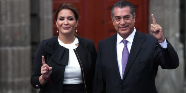 El candidato independiente Jaime Rodríguez Calderón y su esposa Adalina Dávalos llegan al Palacio de Minería para el primer debate presidencial.