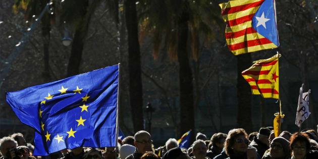 Banderas europeas y catalanas durante una manifestación independentista.
