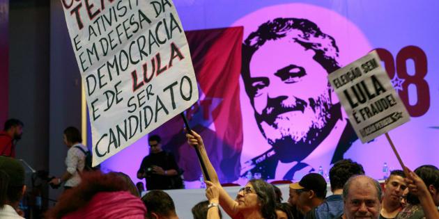 Manifestantes a favor da candidatura de Lula no aniversário do PT, em fevereiro de 2018.