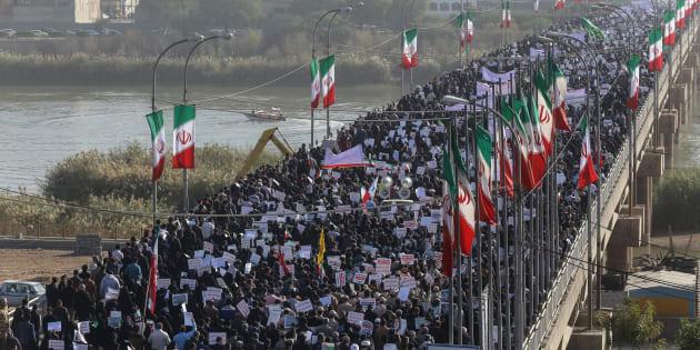 Miles de iraníes participan en una concentración de apoyo al gobierno en Ahvaz, este 3 de enero.
