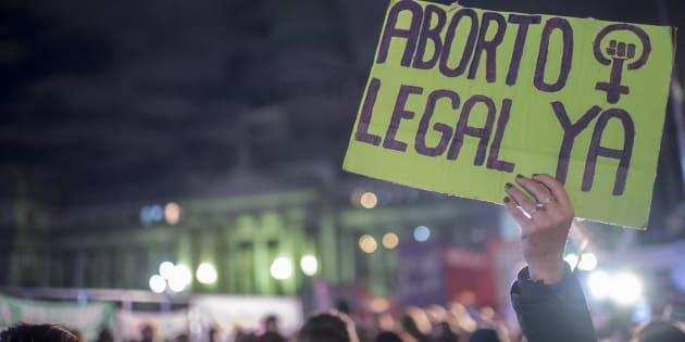 """Manifestante argentina segura cartaz pedindo """"aborto legal já"""" em 13 de junho, na Argentina."""