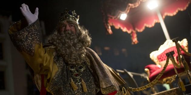 Un homme déguisé en roi Melchior, l'un des trois rois mages, envoie la main pendant la parade Cabalgata de los Reyes Magos) à Vic, le 5 janvier 2017. ( JOSEP LAGO/AFP/Getty Images)