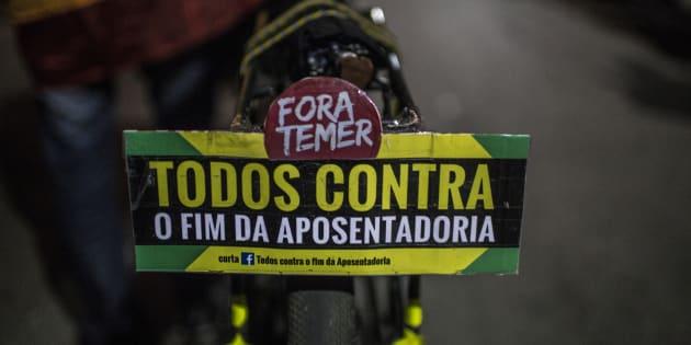 Brasileiros protestam contra a reforma da previdência, que endurece as condições para a aposentadoria no País.