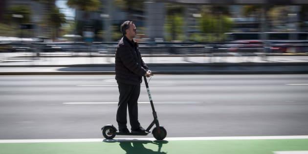 Un hombre usa un patinete eléctrico en San Francisco, California, el pasado abril.