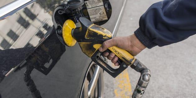 Pelo acordo fechado com caminhoneiros grevistas, o governo se comprometeu a baixar o preço do litro do diesel em R$ 0,46 na refinaria. O valor ficará congelado por 60 dias. O impacto total da medida é estimado em R$ 13,5 bilhões.