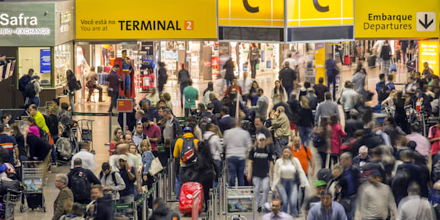 Companhias aéreas vão remarcar voos gratuitamente para clientes atingidos pela falta de combustível nos aeroportos.