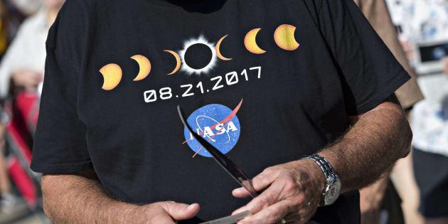Observadores estão reunidos nesta segunda (21) em um evento de visualização do eclipse no campus da Universidade do Sul de Illinois em Carbondale, nos EUA.