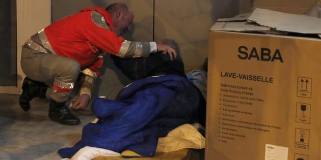 フランス赤十字社のボランティアが、ホームレスの男性に声をかける様子(撮影=2016年12月6日)