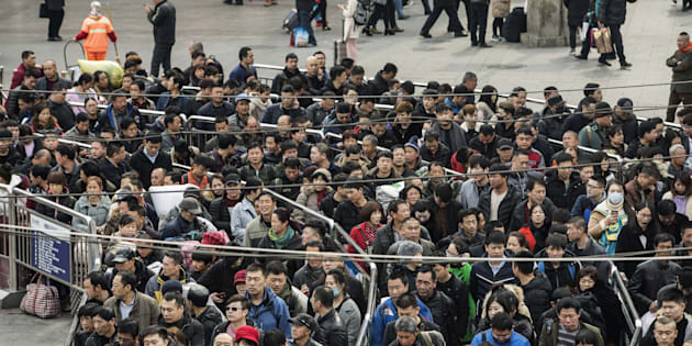 """En Chine, les personnes avec une faible """"note sociale"""" ne pourront plus prendre l'avion ou le train."""