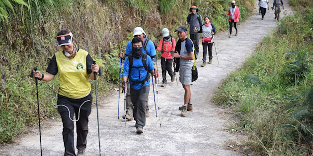 Des randonneurs indonésiens et étrangers redescendent du mont Rinjani à Lombok, en Indonésie, le 30 juillet.