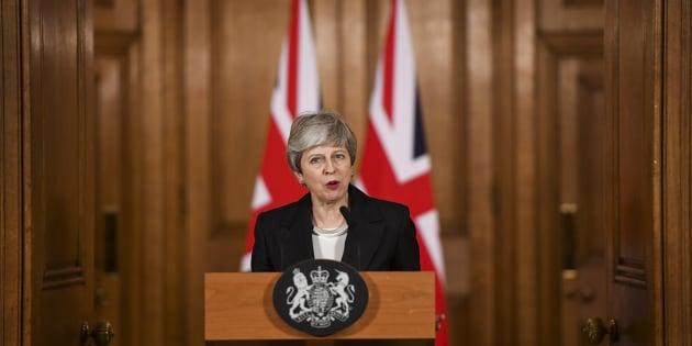 """Brexit: Theresa May """"espère passionnément que les députés soutiendront"""" son accord"""