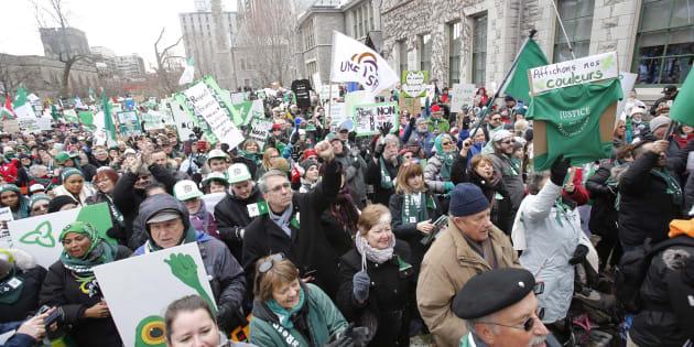 Les Franco-Ontariens ont manifesté leur opposition aux coupes du gouvernement Ford samedi.